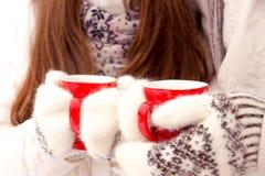 Glückliches Paar in der Liebe in der weißen Oberbekleidung, die rote Schalen im Park hält Stockfotografie
