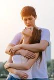 Glückliches Paar in der Liebe, die den Spaß draußen umarmt das Küssen und das Lächeln hat Lizenzfreies Stockfoto
