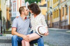 Glückliches Paar in der Liebe, die an der Stadt umarmt Lizenzfreie Stockbilder