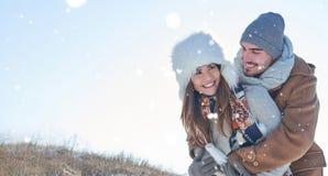 Glückliches Paar in der Liebe in der Natur Stockbilder
