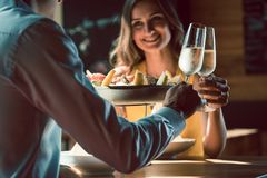 Glückliches Paar in der Liebe röstend mit Champagner während des romantischen Abendessens Stockfotografie