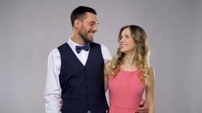 Glückliches Paar in der Parteikleidung über grauem Hintergrund stock video