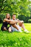 Glückliches Paar draußen Stockfoto