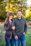 Glückliches Paar draußen Lizenzfreie Stockfotografie