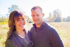 Glückliches Paar draußen Lizenzfreies Stockbild