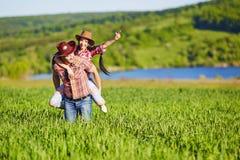 Glückliches Paar eine Westart in der Natur Westliebesgeschichte stockbilder