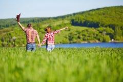 Glückliches Paar eine Westart in der Natur Westliebesgeschichte lizenzfreies stockfoto