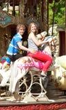 Glückliches Paar enjyong die Fahrt auf fröhlich-gehen-rundes Lizenzfreie Stockfotos