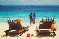 Glückliches Paar entspannen sich auf tropischem Strand Stockfotografie