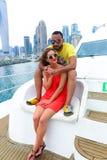 Glückliches Paar genießen cruse Reise bei Dubai lizenzfreie stockfotos