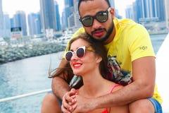 Glückliches Paar genießen cruse Reise bei Dubai stockbilder