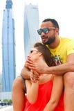 Glückliches Paar genießen Flitterwochen bei Dubai lizenzfreies stockfoto
