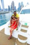 Glückliches Paar genießen Flitterwochen bei Dubai lizenzfreies stockbild