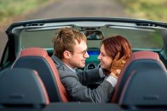 Glückliches Paar im Auto stockbild