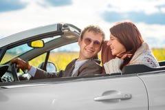 Glückliches Paar im Auto stockfotos