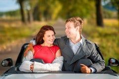 Glückliches Paar im Auto stockfoto
