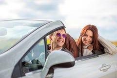 Glückliches Paar im Auto stockbilder