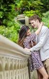 Glückliches Paar im Central Park Stockfotos