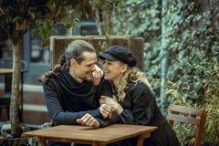 Glückliches Paar, lächelnde junge Paare, Mädchen und Mann in der Liebes-, froher und netterzeit, beautifil Paar im Café, großes W lizenzfreies stockfoto