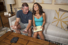 Glückliches Paar ließ das Budget arbeiten Lizenzfreies Stockbild