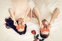 Glückliches Paar liegen im Bett an Valentinsgruß ` s Tag stockfotos