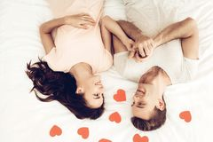Glückliches Paar liegen im Bett an Valentinsgruß ` s Tag stockbild