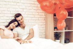 Glückliches Paar liegen im Bett an Valentinsgruß ` s Tag lizenzfreie stockbilder
