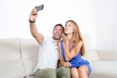 Glückliches Paar macht ein selfie mit einem Telefon Lizenzfreies Stockbild
