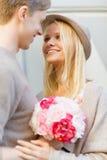 Glückliches Paar mit Blumen in der Stadt Stockfotos