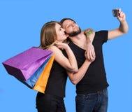 Glückliches Paar mit den Einkaufstaschen, die selfie nehmen Stockfotos