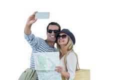Glückliches Paar mit der Karte, die selfie nimmt Lizenzfreie Stockbilder