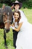 Glückliches Paar mit einem Pferd stockbild