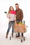 Glückliches Paar mit Einkauftaschen im Warenkorb lizenzfreie stockfotografie