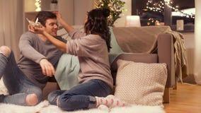 Glückliches Paar mit Geschenkbox zu Hause stock video footage
