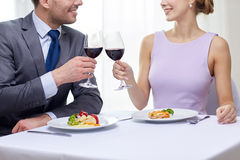Glückliches Paar mit Gläsern Wein am Restaurant Stockfoto