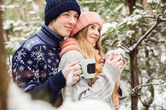 Glückliches Paar mit heißem Tee in den Schalen Lizenzfreie Stockfotos