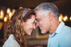 Glückliches Paar mit ihrem geht nah zusammen voran Stockfoto