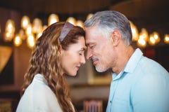 Glückliches Paar mit ihrem geht nah zusammen voran Lizenzfreies Stockfoto