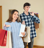 Glückliches Paar mit Käufen Lizenzfreie Stockbilder