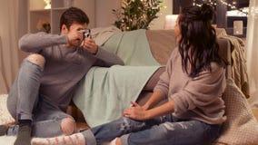 Glückliches Paar mit Kamera zu Hause fotografierend stock footage