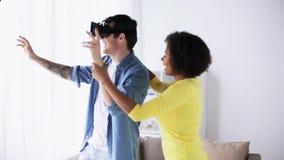 Glückliches Paar mit Kopfhörer der virtuellen Realität zu Hause stock video