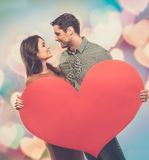 Glückliches Paar mit Papierherzen Stockfotos