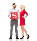 Glückliches Paar mit rotem Verkaufszeichen Lizenzfreies Stockfoto