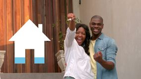 Glückliches Paar mit Schlüsseln und Hausikonenfüllung im Blau stock video