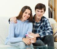 Glückliches Paar mit Schwangerschaftstest Stockbild