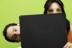 Glückliches Paar mit Vorstand Lizenzfreie Stockbilder
