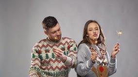 Glückliches Paar mit Wunderkerzen am Weihnachtsfest stock footage