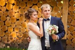 Glückliches Paar nahe hölzernen Klotz stockfotos