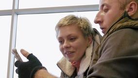 Glückliches Paar oder Familie, die den Smartphone betrachten stock footage