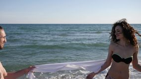 Glückliches Paar am Ozeanstrand, Liebespaare am Sommerrest, Kerl und Freundin umfassen leicht, junge Leute flirten, Freunde stock footage